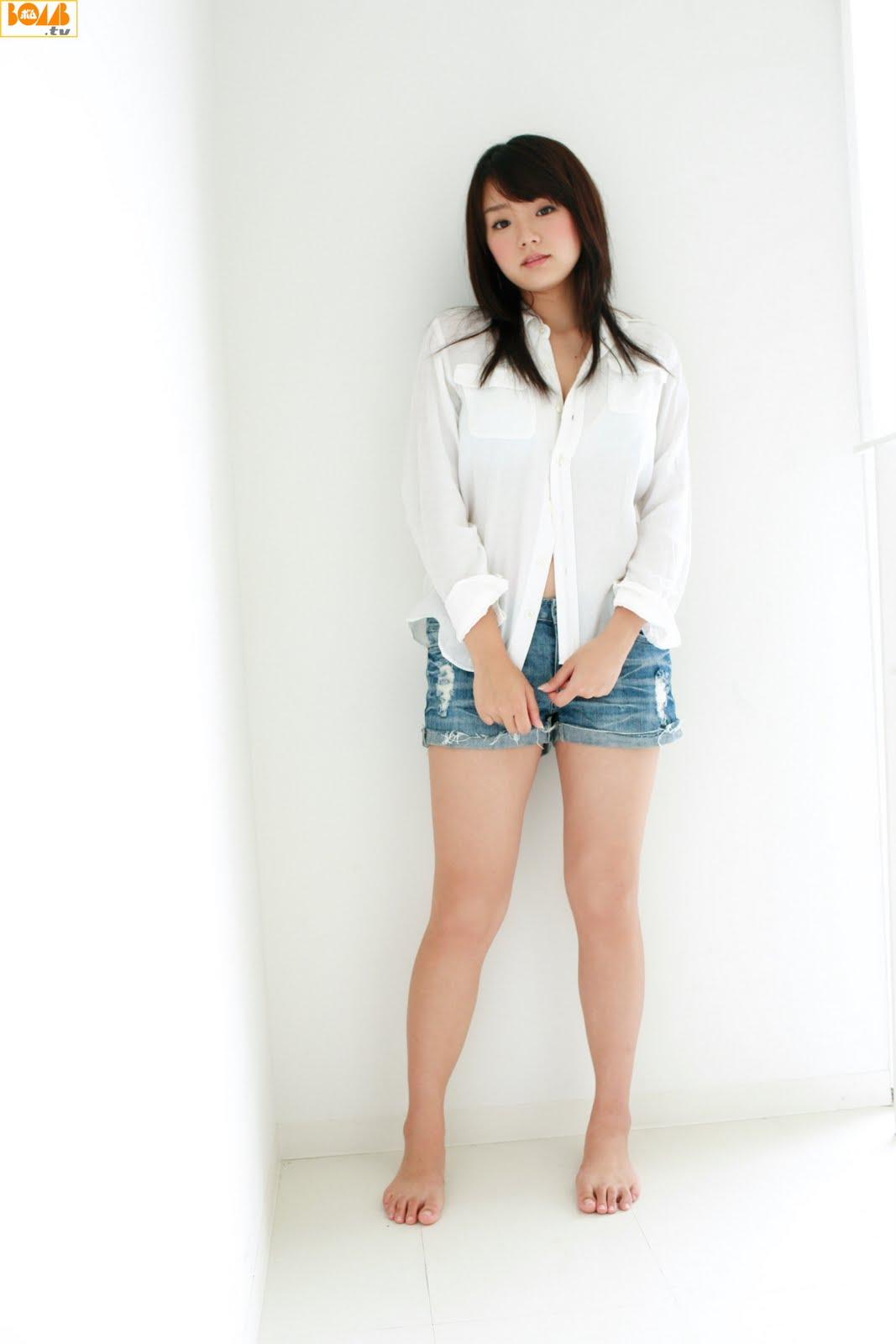 Ai Shinozaki in shorts jean