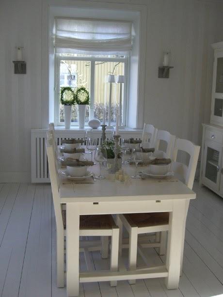Estilo rustico mesas y sillas blancas en suecia for Sillas cocina blancas