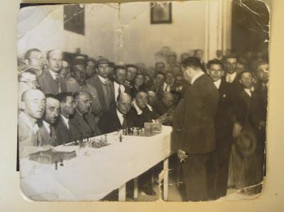 """רובינשטיין נגד ביאליק (נשען על ידו) בסימולטני בת""""א, 24.5.1931. מרמורוש בחליפה ליד רובינשטיין. מן האוסף של רות דוראל ומורדכי מרום, ילדיו של מרמורוש."""