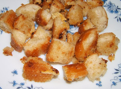 Potage (sopa) de puerros y patatas con cubitos de pan tostados