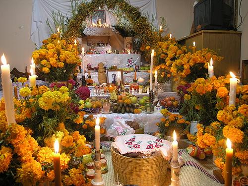 el altar de muertos es uno de los elementos mas significativos de la