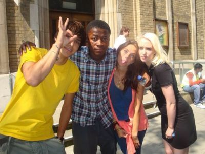 • MFPOMN - My Favorit Picture Of My Neighbour - Page 6 Skins-Cast-S4-Behind-The-Scenes-skins-8036094-400-300