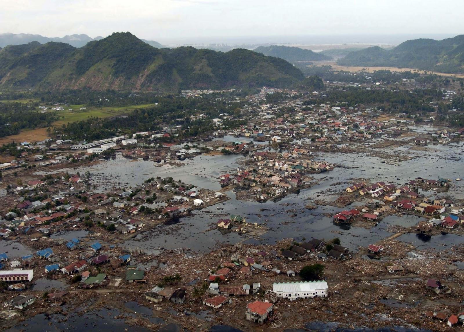 http://2.bp.blogspot.com/_mZO5cRSTS9M/TMrSGJH3RzI/AAAAAAAAAP4/oLo0pi9n7Wk/s1600/US_Navy_050102-N-9593M-040_A_village_near_the_coast_of_Sumatra_lays_in_ruin_after_the_Tsunami_that_struck_South_East_Asia.jpg
