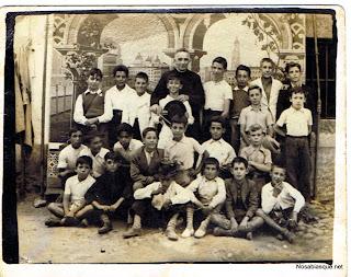 Niños de Candelario Salamanca en la escuela con el cura del pueblo
