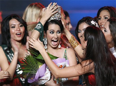 Miss Earth 2008 Winner Karla Henry with other contestants