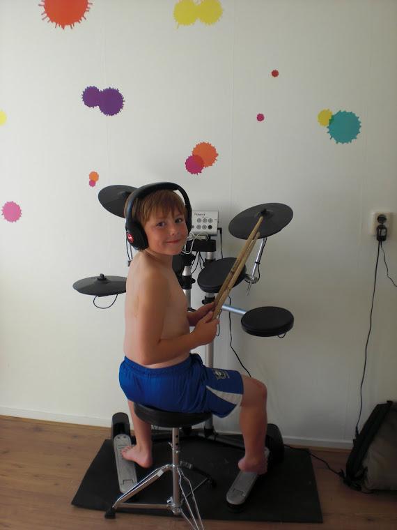 Mike achter het drumstel