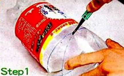 Potong botol plastik di tengah. Simpan bagian atas/mulut botol.