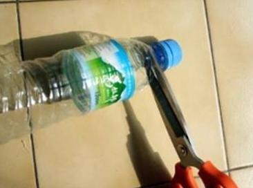 Buka penutup botolnya, masukkan kantong plastik melalui leher botol