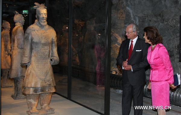 Krol Szwecji zwiedza wystawe chinskiej armii terrakotowej
