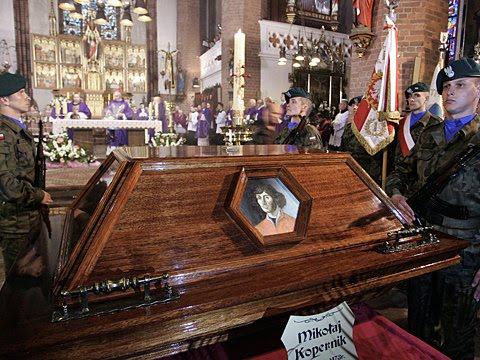 Pogrzeb domniemanych szczatkow Kopernika we Fromborku