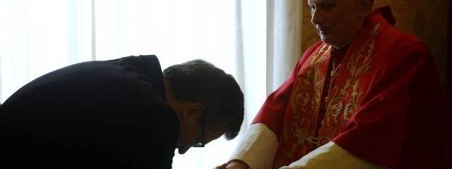 Prezydent Komorowski wita sie z papiezem Benedyktem (Zdjecie w GW)