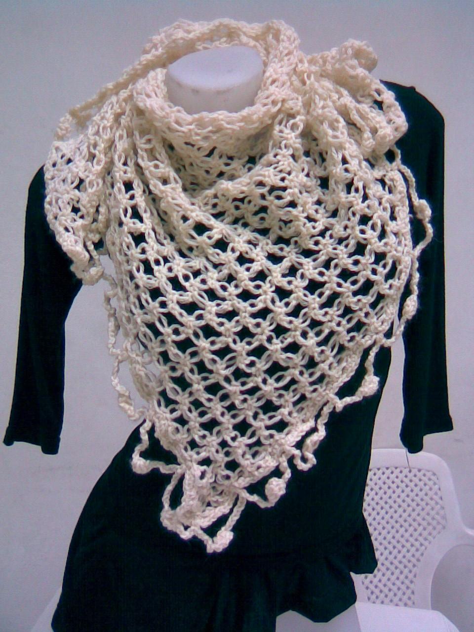 SAVIA: Chal triangular en crochet punto nudo de salomón.