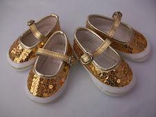 Zapatitos dorados de la talla 16 y 18