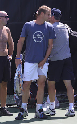 HQ Picture of Roddick scratching his itchy balls