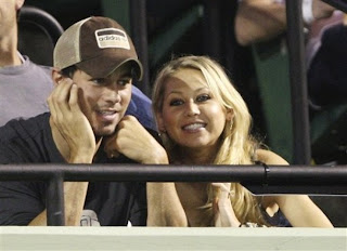 Image of Anna Kournikova and Enrique Iglesias watching Williams sisters tennis match in Key Biscayne, Miami