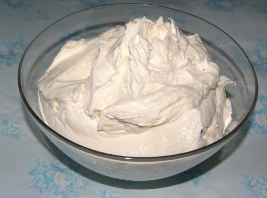 espesar la crema de leche con el azúcar impalpable y la esencia de