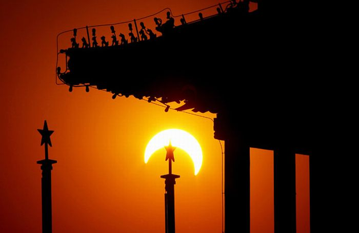 http://2.bp.blogspot.com/_mmBw3uzPnJI/S738EYs1CeI/AAAAAAABJic/VR_4_HasCpQ/s1600/annular_solar_eclipse_01.jpg
