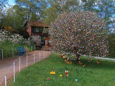 http://2.bp.blogspot.com/_mmBw3uzPnJI/S7Na0YKz-jI/AAAAAAABIcU/zSx4iQkHB2k/s1600/easter_tree_01.jpg