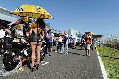 http://2.bp.blogspot.com/_mmBw3uzPnJI/S_u-1P0Y5NI/AAAAAAABSKs/XpoUjIYK2go/s1600/Formula1_Pit_Babes_51.jpg