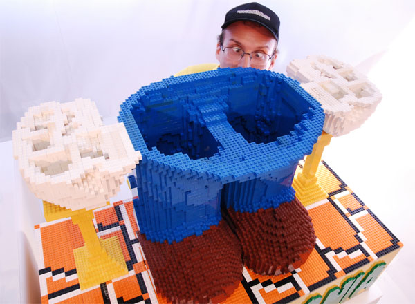 Estátua gigante do Mario feita de Lego