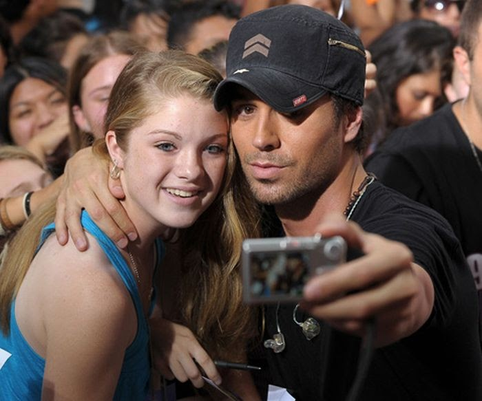 enrique iglesias takes a picture down his trousers for a fan damn cool pictures. Black Bedroom Furniture Sets. Home Design Ideas