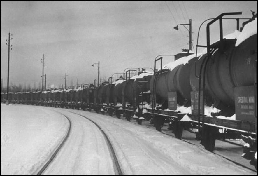 [Creditul+Minier+railroad+yard+w.+train+of+German+tank+cars+loaded+w.+oil+bound+for+Germany+to+appease+Hitler]