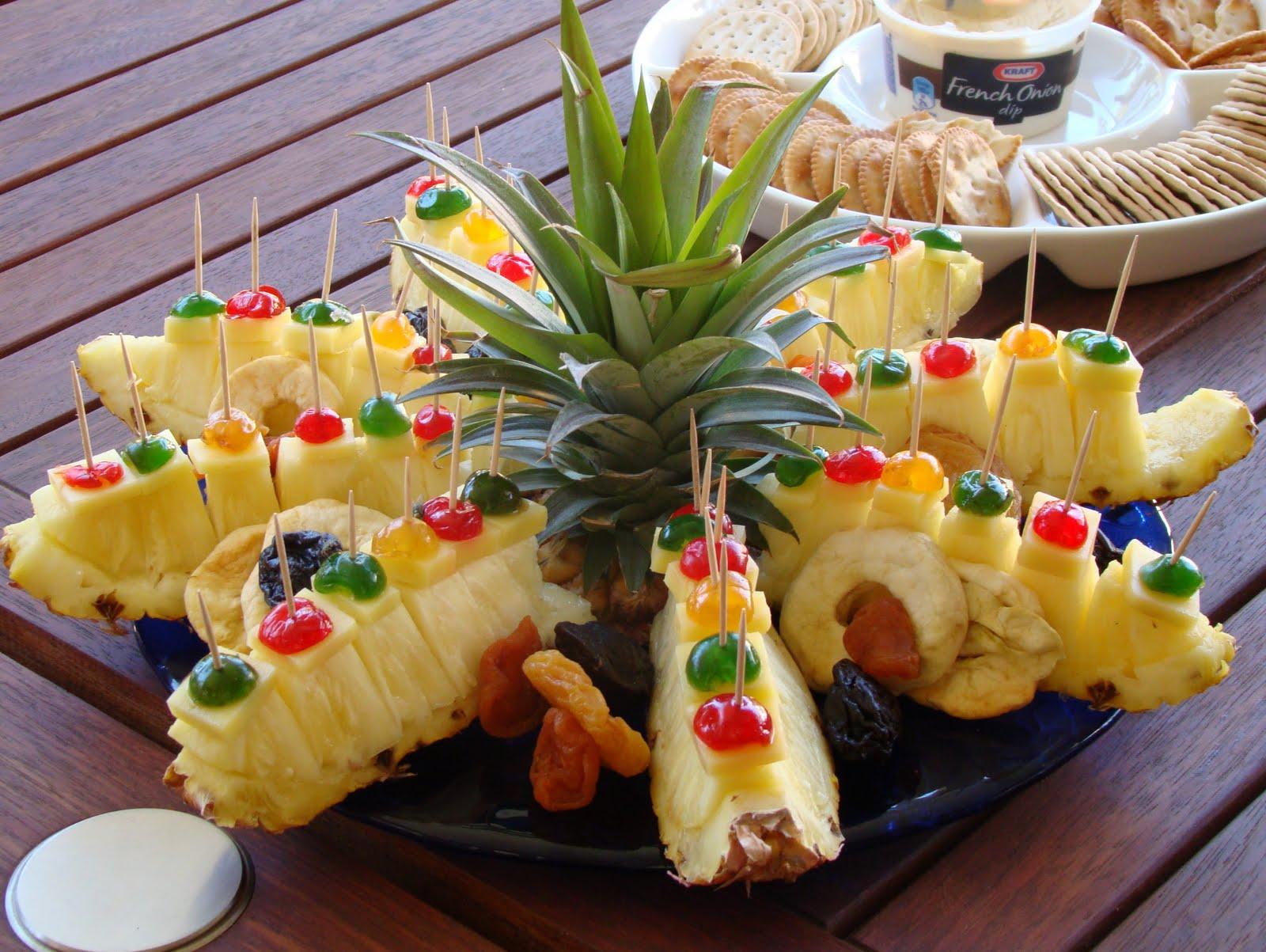 фрукты на шпажках в ананасе фото
