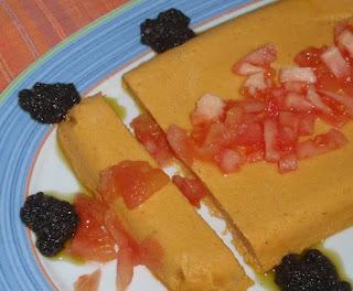 pastel salado de calabaza con salsa de aceitunas negras