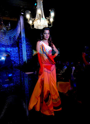 Mugdha Godse walks for Mandira Wirk a IPL party image