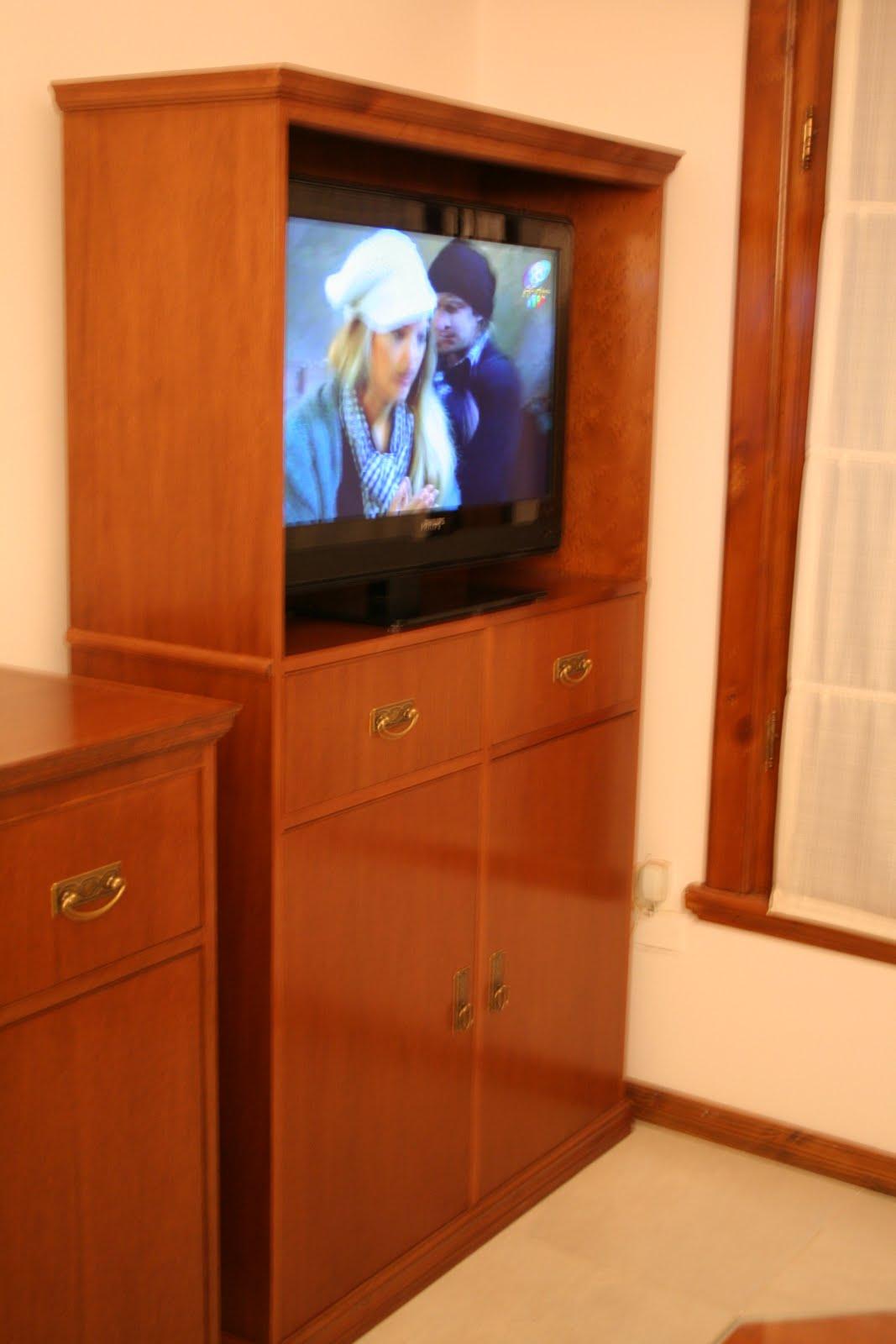 Muebles a medida tandil mueble cedro lustrado para tv for Muebles a medida