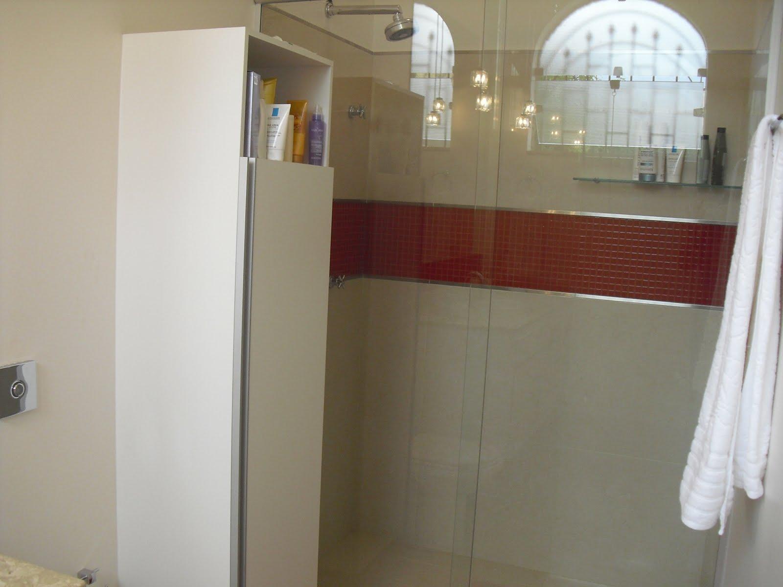 Uma sapateira foi criada necessidade da jovem e segundo a arquiteta  #5C3C2C 1600x1200 Banheiro Com Detalhe Pastilha