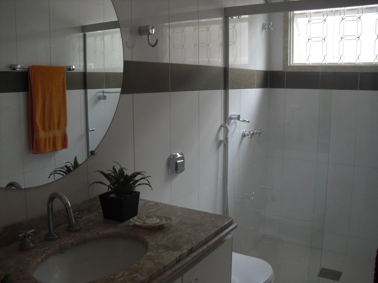 Os banheiros receberam novos revestimentos da Portobello sobrepostos  #5B3D23 1600 1200