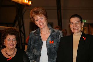 mevr Dimitriou-Bleijenberg, gemeentearchivaris Jantje Steenhuis en Marguerite Dimitriou