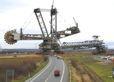 WORLD'S BIGGEST EXCAVATOR Built by KRUPP of Germany.............45,500 tons......95 meters high......215 meters long