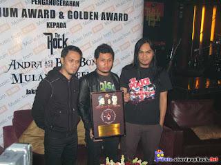 Foto Andra And The Backbone di ambil saat mendapaatkan Pengharggaan platinum award dan Golden Award