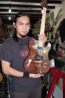 Foto Salah satu Personil Andra And The Backbone Menunjukan Gitar terbaik mereka