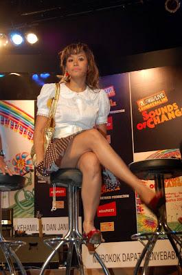 Foto Sexy Pinkan Mambo saat Wawancara (Kameramen Iseng)