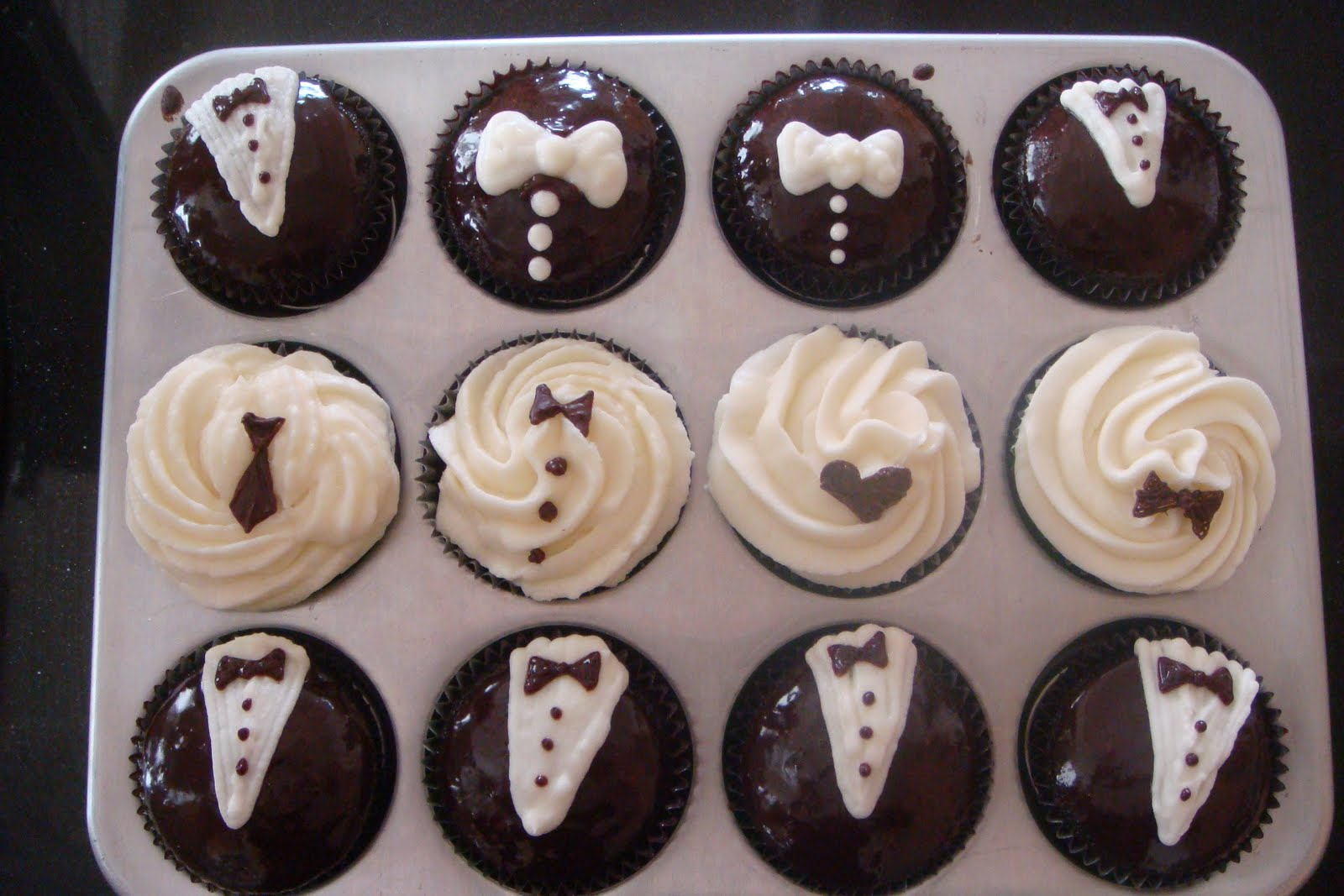 delicious.divine.design: Black and White Cupcakes