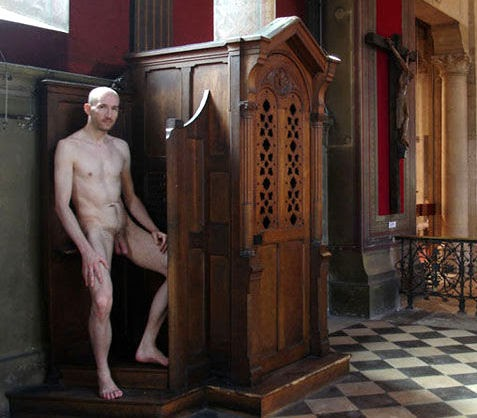 Flagellation des filles sur le pape nu