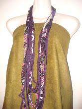 Colar em trapilho em tons de beringela com cordões em crochet com linha preta