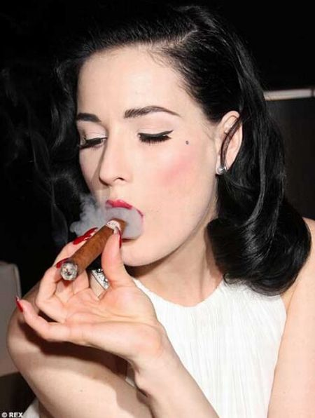 female_celebrities_smoking_cigars_02 - The pleasure of cigar smoking - Lifestyle, Culture and Arts