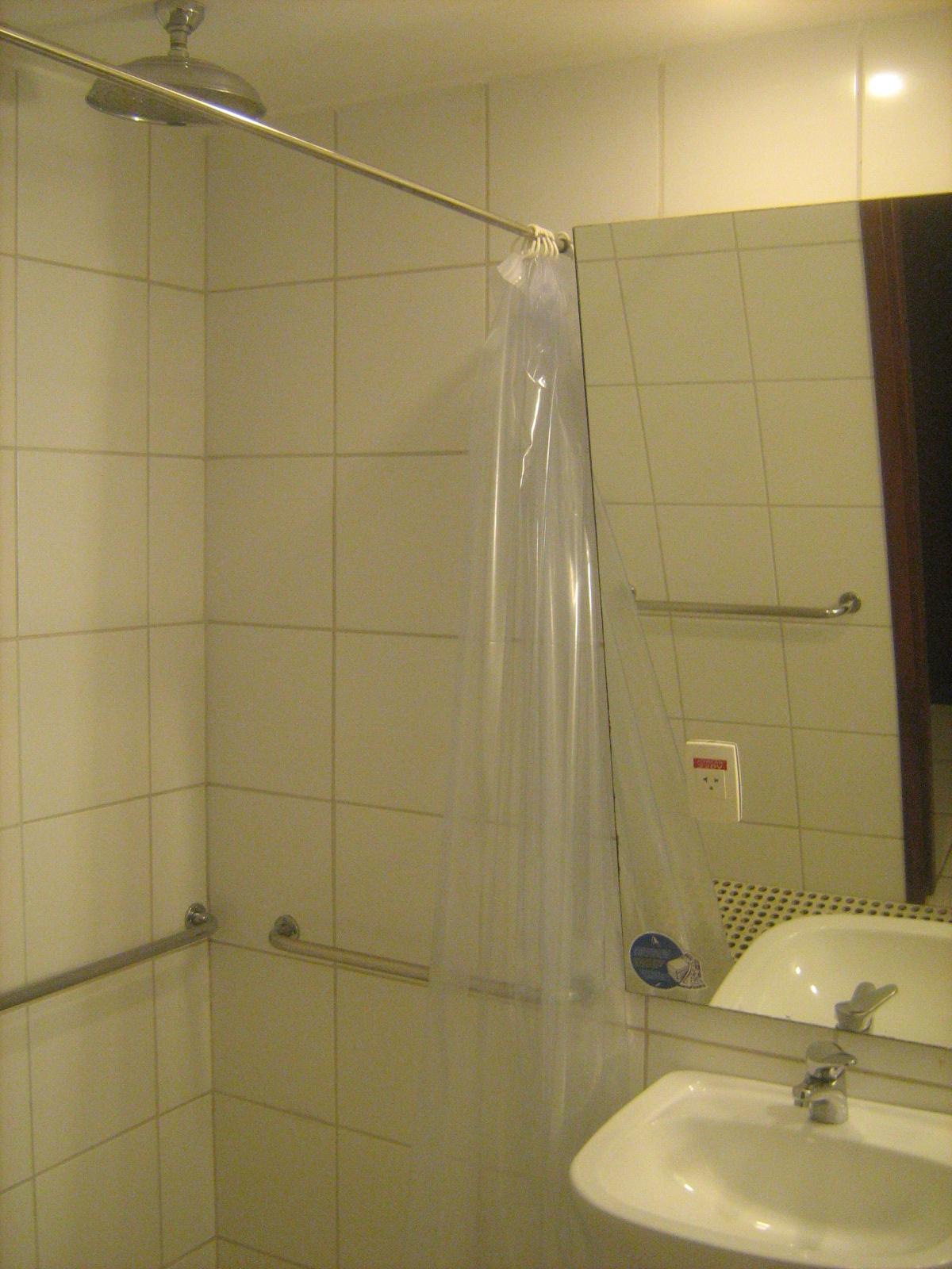 VIAJANTE ESPECIAL: Hotel Luzeiros Fortaleza CE #9C792F 1200x1600 Banheiro Adaptado Cadeirante