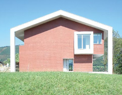 Casa de concreto y ladrillos con diseño icónico en España