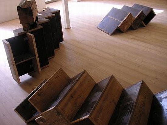 Arquitectura de casas escalera interior de madera reciclada for Materiales para hacer una escalera