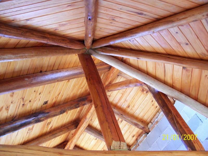 Arquitectura de casas caba a de piedra y troncos en - Techos de madera rusticos ...