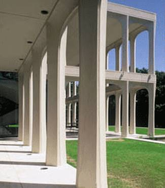 Arquitectura Moderna detalle de columnas exteriores en una residencia