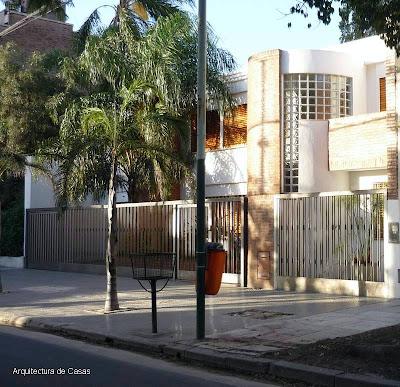 Fachada de una residencia urbana estilo Contemporáneo