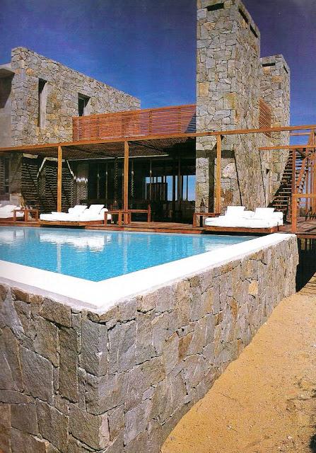 Casa de piedra y madera estilo Contemporáneo en Uruguay