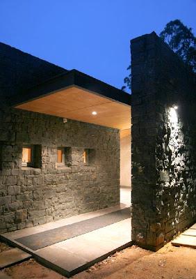 Casa australiana en la noche vista del acceso