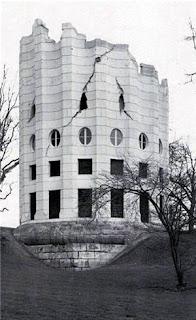Casa extraña en una gran columna